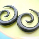 Wholesale organic ear jewelry. natural hand carved ear gauge horn spiral ear stretcher.