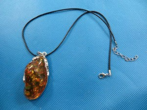 imitation-amber-pendant-necklace-2h